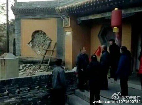 网友发布照片显示,源神庙墙壁遭到破坏,明代琉璃壁心被盗。图片源于网络