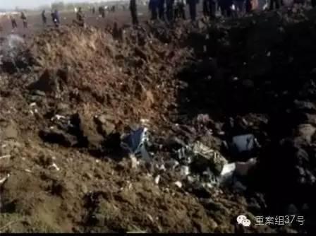 11月12日 上午9时许,飞机坠落后,在田间砸出一个大坑。目击者供图