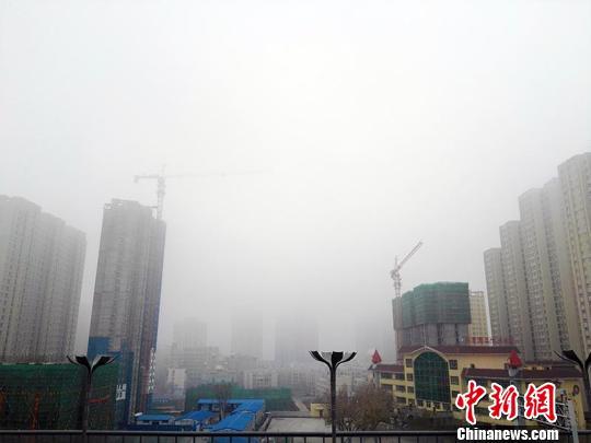 乌鲁木齐发布大雾黄色预警 城区楼宇陷入大雾中(图)
