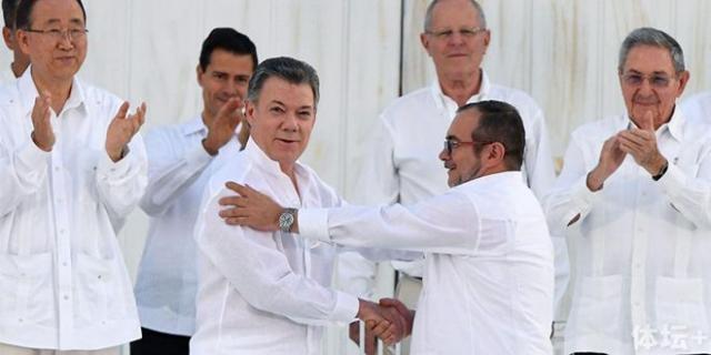"""哥伦比亚现任总统桑托斯与""""哥武""""领导人签署和平协议"""