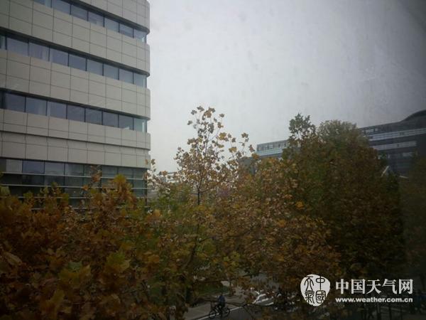 今天(17日)上午,北京城区天空阴沉。