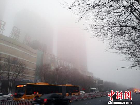 乌鲁木齐遭大雾侵袭 道路结冰交通事故频发(图)