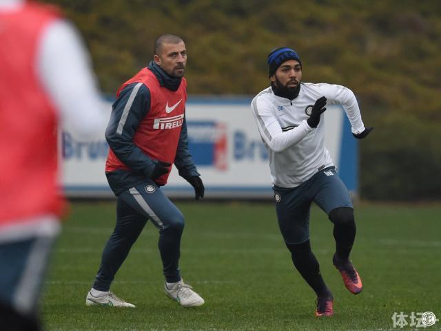"""""""岩石""""萨穆埃尔回归国际米兰,阿根廷人作为教练组成员参与球队训练。"""