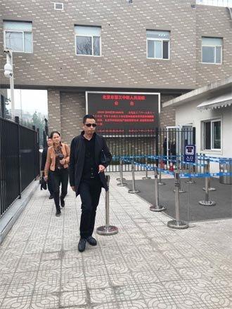 周云露父亲走出法庭。