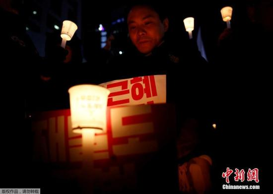 韩民众举行第四轮烛光集会要求朴槿惠下台