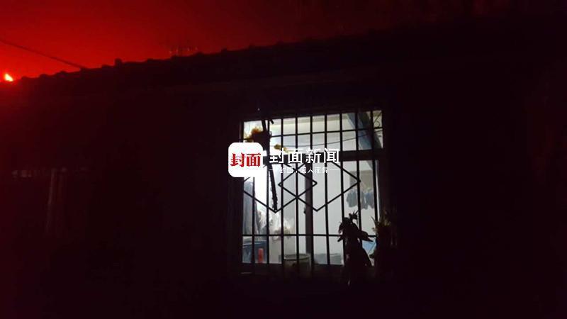 11月17日深夜,案发现场之一,死者曹某海哥哥家只剩这扇窗户还亮着灯
