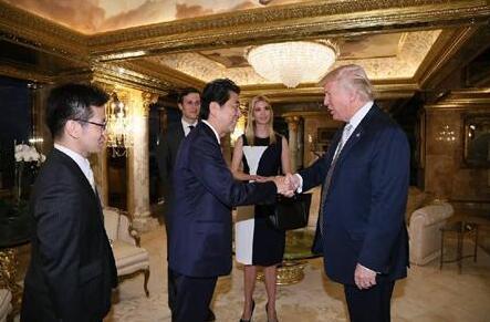 安倍称特朗普是可信赖的人 向其赠送高尔夫球杆