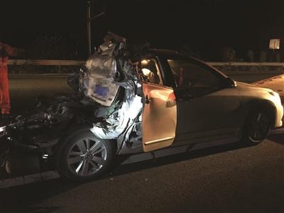 """轿车被撞成""""皮卡""""。"""
