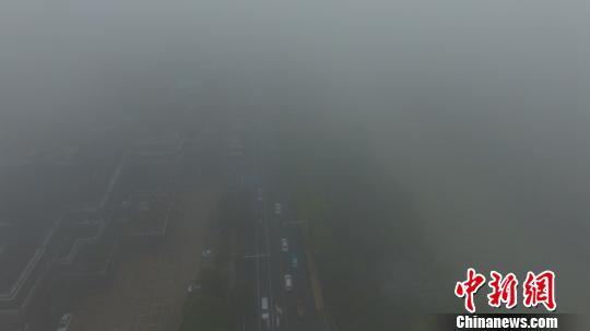 图为19日上午,江苏全省大雾弥漫发布黄色预警。 孟德龙 摄