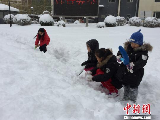 玩雪的孩子们。 张帆 摄