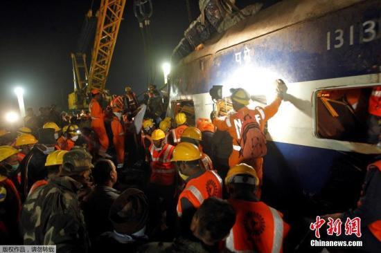 当地时间11月20日,印度北部发生快速列车出轨事件,目前已经造成至少142人丧生和超过200人受伤,这也是印度老旧铁路系统近年最严重灾难,救难人员还在列车残骸中搜寻生还者。