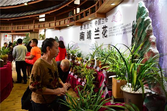 西藏亚东县震后通信全面恢复 中学生穿日军军服参加校运会
