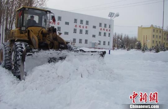 铲车开端清算积雪。 王德明 摄