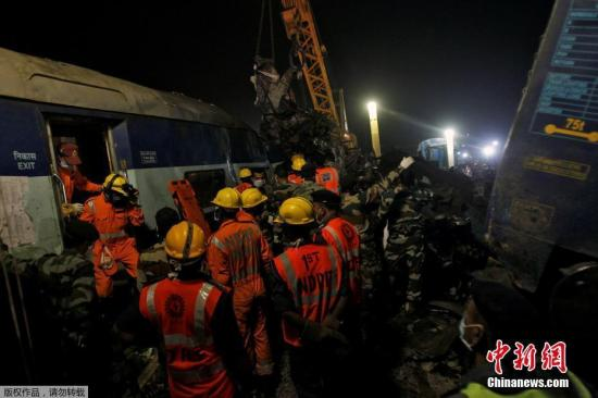 印度列车脱轨已致142人遇难 列车运载超2000人