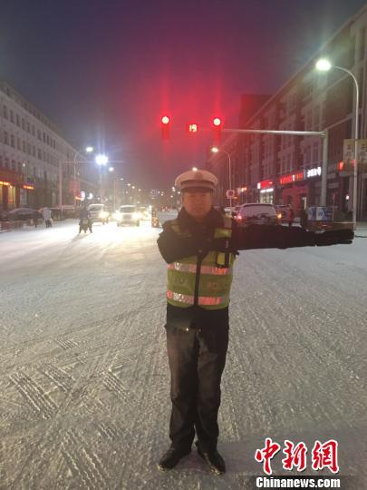 交警雪中执勤 网友供图 摄