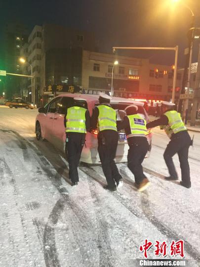 承德围场县交警帮助民众雪中推车。 网友供图 摄