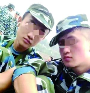 入学军训时,滕某(左)和芦海清的合影