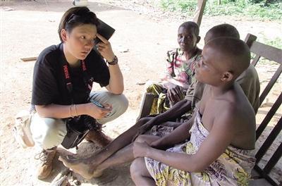 彭宇洁在喀麦隆研究原始部落文化。