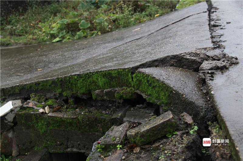 地面开裂、围墙倒塌,大片农田下沉。图/视觉中国