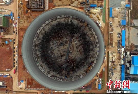 11月24日7时左右,江西省丰城市丰城电厂三期在建冷却塔施工平台发生倒塌。图为现场航拍画面。 刘占昆 摄