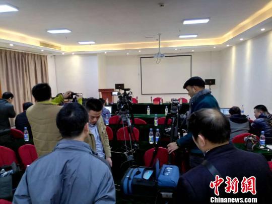 当地宣传部门表示,定于11月24日18时召开新闻发布会。图为众多媒体记者在发布会现场等候。 王剑 摄
