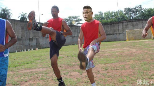 恶搞图:内马尔和布鲁诺在监狱队训练