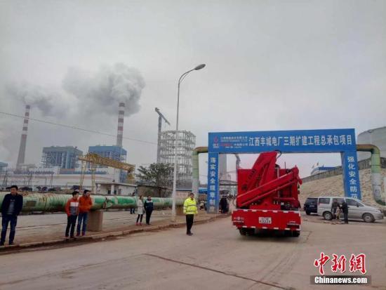 11月24日7点左右,江西省丰城市一电厂在建冷却塔施工平台发生倒塌,截至目前事故死亡人数已上升至40余人,救援人员已经赶到现场。王剑 摄