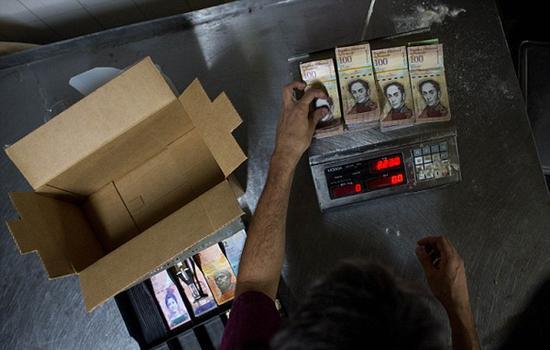 委内瑞拉通胀升级:收款现金称重 中产上街拾荒