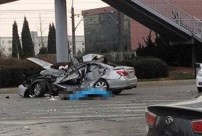 轿车车身已经被撞得完全走形。