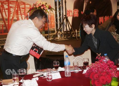"""国民党主席洪秀柱(右)、台北市长柯文哲(左) 握手。 """"中央社""""记者裴�G摄"""