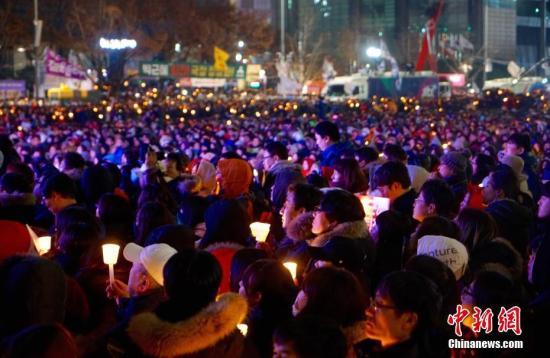 韩民众12月将继续举行烛光集会要求朴槿惠下台