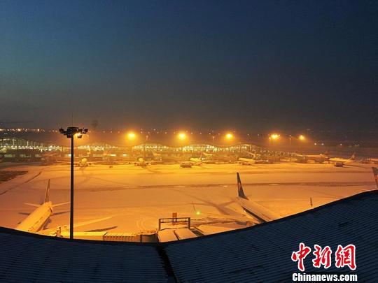 11月28日,乌鲁木齐国际机场遭冻雾侵袭致航班延误或取消。 朱柏霖 摄