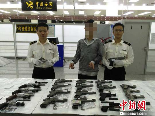 香港男子背22把气动力枪 深圳口岸入境被查(图)