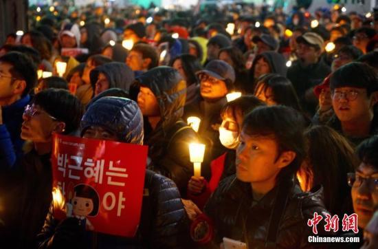 """2016年11月26日,韩国爆发""""亲信干政""""工作后第五轮大范围聚首。首尔请愿人群一度游行至隔断青瓦台仅200米摆布的大街,请求总统朴槿惠辞离职务对该工作担负。中新社记者 吴旭 摄"""