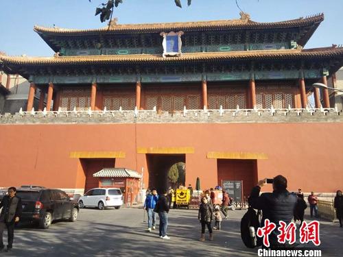 28日下午,有行人在故宫外拍照留念。上官云 摄