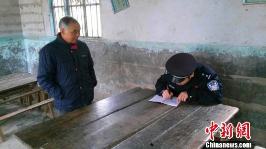 图为巴中鼎山派出所平易近警在访问考察。 警方供图 摄