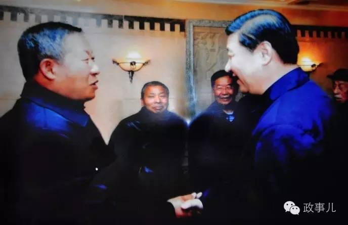 图:2009年,延安,习近平与王宪平握手
