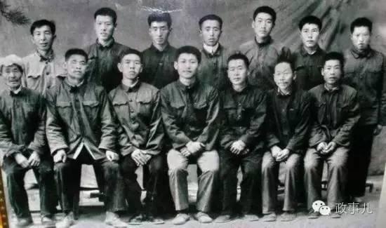 图:在送习近平(前排中)上大学时,梁家河村民和习近平的合影。