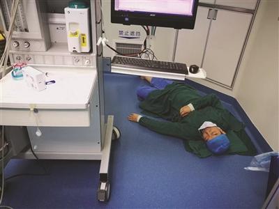 陆澄在手术室席地而睡的照片。