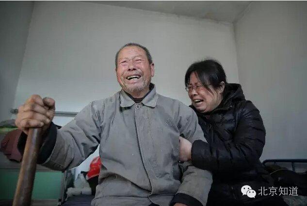 聂树斌的父亲和姐姐痛哭。