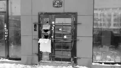 单元门被铁筋焊死 新文化记者 苏杭 摄