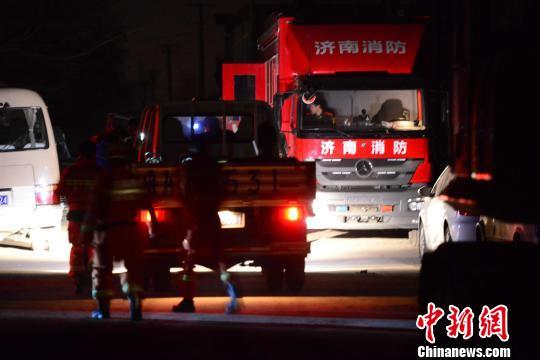 山东消防职员正敏捷进入营救现场。 邱江波 摄