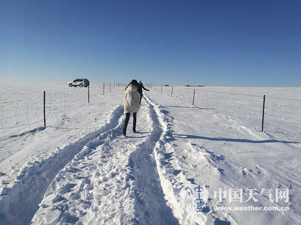 今晨,呼伦贝尔陈巴尔虎旗大雪掩埋了道路,天气寒冷。乌尼尔 摄