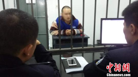 图为:犯罪嫌疑人正在接受审讯。台州公安提供