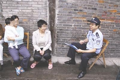 退休前,刘元弟追逃时在大众中访问