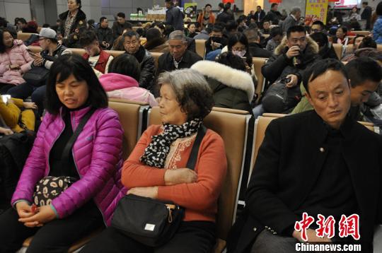 因浓雾滞留在成都机场的旅客。 吕俊明 摄