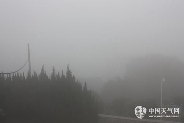 7日,江西省鄱阳县大雾弥漫。