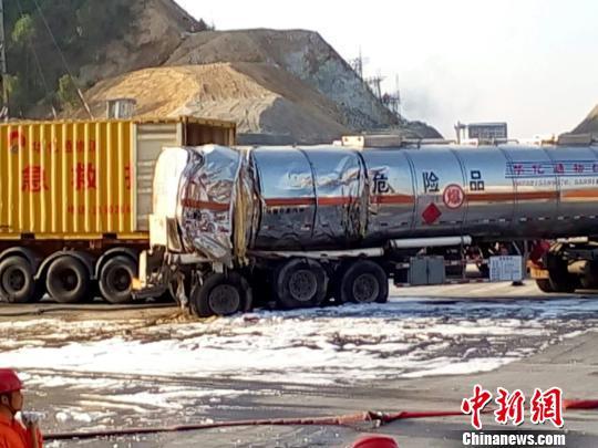 图为危化品运输车辆与货柜车相撞现场 林锦成 摄