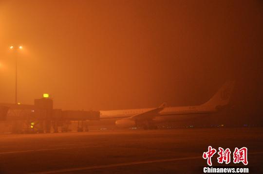 成都机场遭浓雾袭击。 吕俊明 摄
