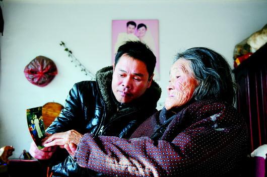 江苏省政协十届四次会议开幕 父亲带女儿行骗称为学社会经验